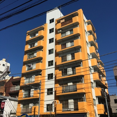 オレンジの建物。1階にはカフェも