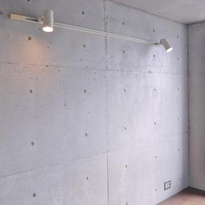 コンクリートの壁にダウンライト