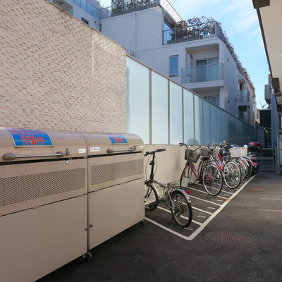 こちらは駐輪場とゴミ置き場。