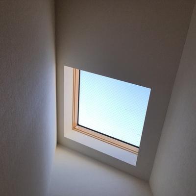 階段途中には天窓が♪