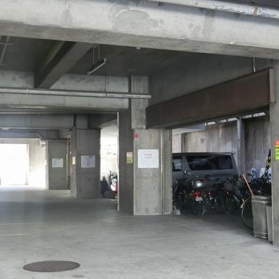 駐輪場が下に