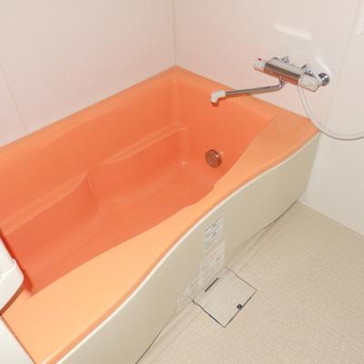 蛍光オレンジの浴槽!popだな〜。
