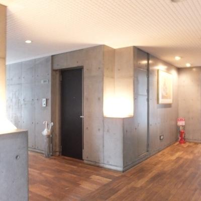 1階の共用部。床が素敵。明かりも。