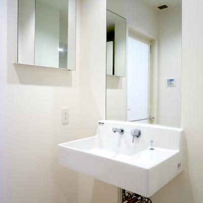 無駄のない洗面台。左手ミラーの内側は収納です。