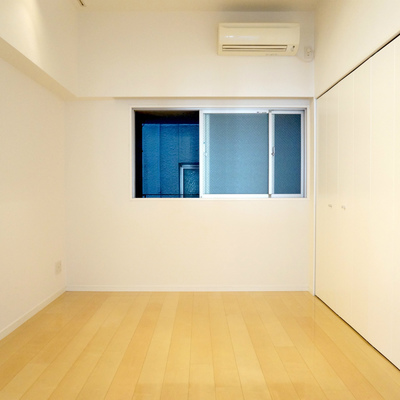 8.7帖部屋:小窓側は圧迫感