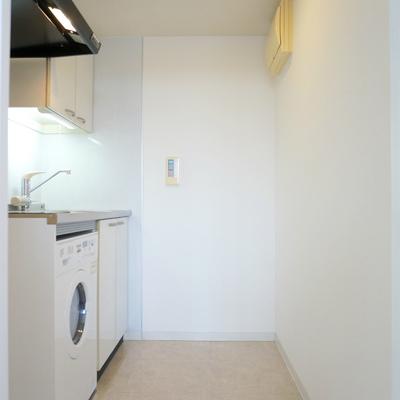 キッチン手前に冷蔵庫スペース