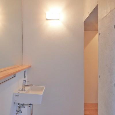 出迎えてくれるのは鏡と洗面台!