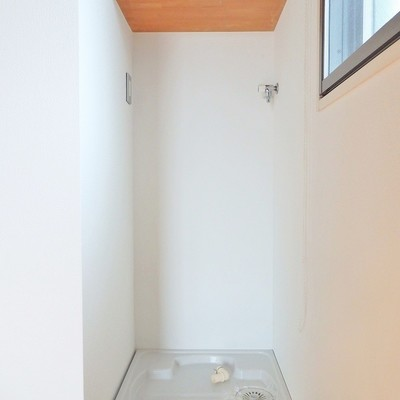 洗濯機置き場はロールスクリーンで隠せます。
