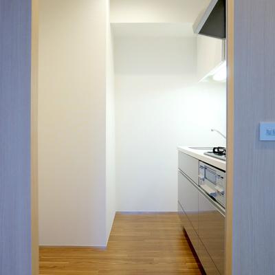 キッチン背面には食器棚、冷蔵庫置けます
