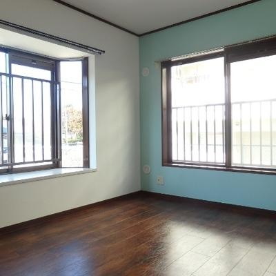 キッチン隣の洋室。こちらもミントブルー!