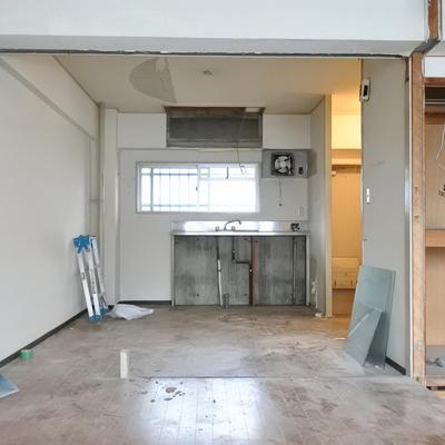 この正面に新品キッチンが入ります!※工事中のお写真です