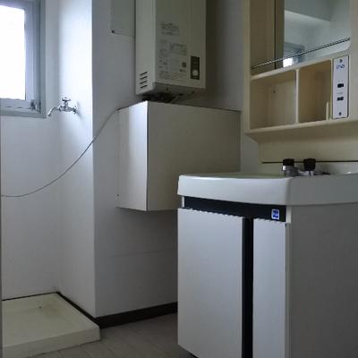 洗面所はこの広さ。給湯器は室外設置に変わります
