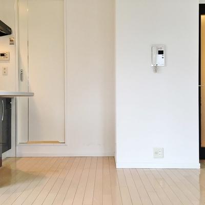 左の扉がお風呂、右の扉は玄関。
