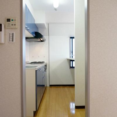 左手に冷蔵庫、右手に食器棚置けます