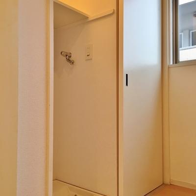 キッチン横には目隠し付きの洗濯機置き場。