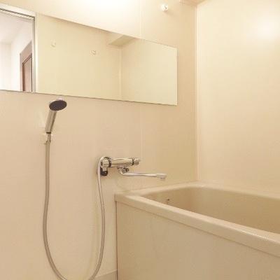 水栓部分を交換し、大きな鏡で奥行きを演出。浴室乾燥機も新たに取り付けました