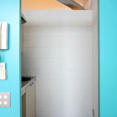 キッチン背面に冷蔵庫はギリギリ置けそうかな