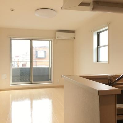 対面キッチンと2面採光。明るい