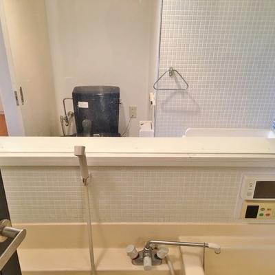 そして、なんと、トイレとお風呂のあいだは透明な板。。。