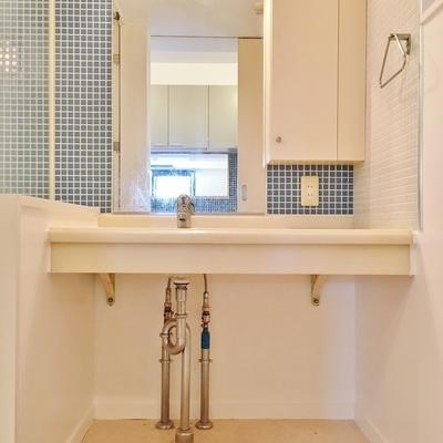 洗面台も統一感のあるタイルで。