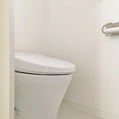 トイレは独立していません。洗面台の隣。