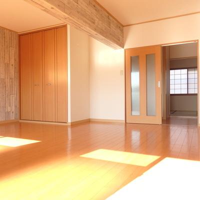 リビングの奥に見えるのは和室です。