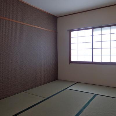 奥の和室はシックな雰囲気。