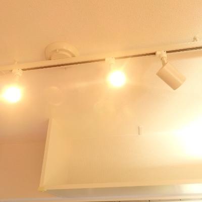 キッチン近くのスポットライトがいい雰囲気。