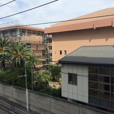 窓からの景色、お隣は高校です。※写真は同タイプの間取の別部屋