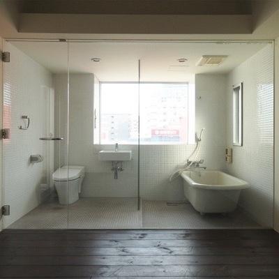 このスケルトンのお風呂はインパクト大!!※写真は別部屋です