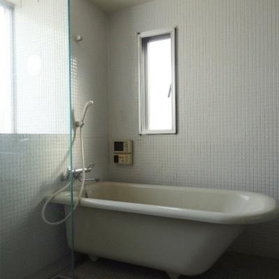 白のつぶつぶタイルお風呂猫足※写真は別部屋です