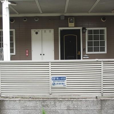 窓を開けたら目の前は小道とお向かいさんのアパート。