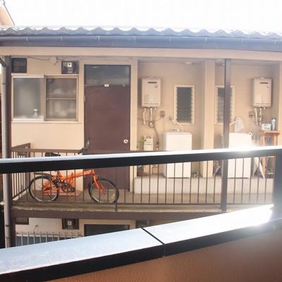 窓からは向かいのアパートが目に入ります