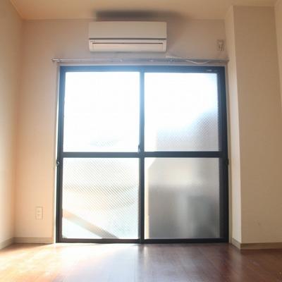 南東向きの窓からは、やさしい日差しが差し込みます