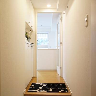 玄関。清潔感溢れる空間