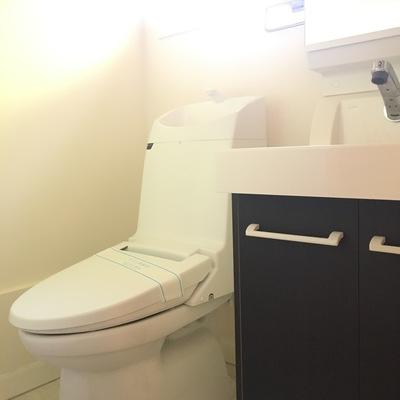 トイレは最新型!綺麗ですね。