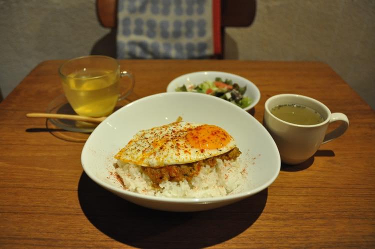 スコップ風キーマカレー〜目玉焼きのせ〜(サラダ・スープ・ドリンク付き) 900円