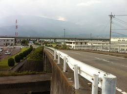 富田城は釜無川と笛吹川の合流点の北側、つまり、釜無川の西側にあった城。 現在の甲西工業団地付近にあったという。  1521年、駿河勢が甲斐に侵入した際に、駿河勢は武田信虎の軍勢を富田城の南で破り、次いで富田城を落とし拠点とした。