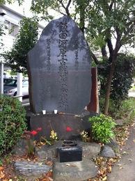 大永元年(1521年)、福島正成率いる駿河勢は1万5千ともいう大軍で甲斐に侵入した。 同年9月16日には富田城を落とした。その1か月後、駿河勢は北上したため、武田信虎は2千の兵で、ここ飯田河原に陣取った。 10月16日に両軍は激突したが、寡兵にも関わらず、信虎は駿河勢を撃退した。