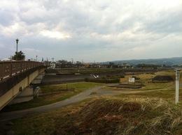 大永元年(1521年)、福島正成率いる駿河勢は1万5千ともいう大軍で甲斐に侵入した。 同年9月16日には富田城を落とした。その1か月後の10月16日、駿河勢は北上、武田信虎は2千の兵で迎え撃ち、飯田河原で駿河勢を撃退した(飯田河原合戦)。  11月23日、駿河勢は再度攻勢に出て、飯田河原から2kmほど上条河原で信虎勢と激突した。信虎は駿河勢を撃破し大勝した(上条河原合戦)。  上条河原合戦古戦場付近。石碑などはないらしい。 写真は秩父往還が通っている橋付近から荒川左岸を撮影した。