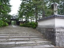 臨済宗大徳寺派の大本山で、京都の紫野に所在します。 大徳寺に在籍いた僧として、一休宗純や沢庵が有名です。また、大仙院庭園は、東山文化を代表する枯山水の庭園として知られています。  北条早雲は幕府に出仕していた時代に、大徳寺で住持の春浦宗熙に禅を学んでいました。早雲の法名、宗瑞は、大徳寺系のものだと言われています。なお、早雲の出家は、伊豆討ち入りのころと言われており、それ以降は、早雲庵宗瑞を名乗りました(それ以前は、伊勢新九郎を名乗っていました)。