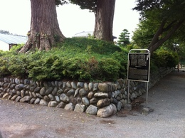 普済寺はJR立川駅から南西数百メートルほどのところにあり、多摩川を見下ろす台地の端にある。  普済寺は東京都立川市にある臨済宗建長寺派の寺院で、武蔵七党西党日奉の支族である立河氏の館があったと言われている。 1504年の立河原合戦の時には、山内上杉顕定が擁する古河公方・足利政氏が陣取ったとされる。  寺域には、土塁跡が残っている。