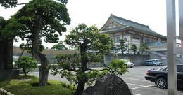 梅蔭禅寺は静岡県清水市にある臨済宗の古刹です。  清水次郎長の墓とその展示品があります(2010年時点で入場料300円)。 清水次郎長は任侠として知られていますが、清水港の整備や英語塾の開設など、社会事業にも足跡を残していることが紹介されています。