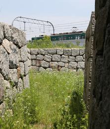 【淀城天守台】<p>淀城天守台の石垣の背後を京阪本線の電車が通っていた。<br>なお、天守台の内部は非公開でした。</p>