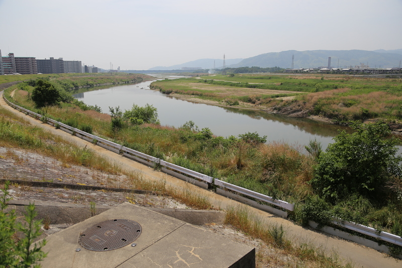 【淀城北側から天王山(山崎)方面を撮影】<p>淀城北側の宮前橋から天王山方面を撮影。淀川の位置関係から中央の山のどちらかが天王山と思われる。<br>本能寺の変(1582年)の後、羽柴秀吉が中国大返しで京に戻ってきて、明智光秀と戦ったのが山崎の戦い。</p> <p>秀吉の本陣は天王山の宝積寺に本陣を置いたので、当時、ここから眺めていれば、天王山の山麓の戦いが見えていたかもしれない。</p>