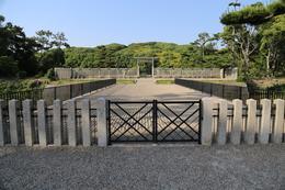 """【仁徳天皇陵古墳を南から撮影】<p>世界最長の墳墓、仁徳天皇陵古墳。<br>全長486メートルとのこと。高さは35.8m。</p> <p>戦国の堺を目当てに堺に来たが、観光案内マップを見たら、堺駅から3kmほどのところに仁徳天皇陵があった。これはと思い、駅前でレンタサイクルを借りてやってきた。</p> <p>堺市は仁徳天皇陵古墳を含む古墳群を世界遺産にしようと活動していて、仁徳天皇陵でボランティアの方から熱のこもった説明をして頂いた。<br>""""百舌鳥・古市古墳群を世界文化遺産に""""<br>http://www.city.sakai.lg.jp/kanko/rekishi/sei/</p> <p>外周をグルっと一周したが、さすがに結構距離があった。</p>"""