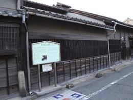 【堺の鉄砲鍛冶屋敷跡】<p>唯一現存する江戸時代の鉄砲鍛冶工房、鉄砲鍛冶屋敷跡(内部非公開)。<br>この辺りは落ち着いた町並みが続く。堺がこれほど古都然とした趣きがあるとは知らなかった。</p>