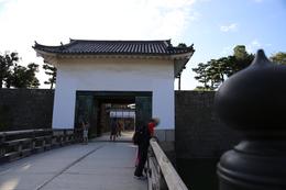 【二条城の本丸櫓門】<p>門の上部に窓がなく、何となく間が抜けている感のある二条城の本丸櫓門。</p> <p>1626年の後水尾天皇行幸の際に、二の丸御殿と本丸御殿は廊下橋で連結された。そして、将軍上洛がなくなって久しい1687年に廊下橋は取り壊されたとのこと。そのため、本来はあるべき本丸櫓門の窓がない。</p>