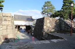 【二条城本丸の東側枡形虎口】<p>奥に二条城の本丸櫓門があり、中央の石垣には埋門になっており、多聞櫓が上部に乗っていた。そして、本丸櫓門の2階と多聞櫓は廊下を通じて連結されていた。</p> <p>ということで、かつての姿は現在とは違う。</p>
