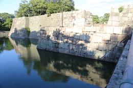 【二条城本丸の西橋から本丸西枡形を撮影】<p>写真右側が二条城本丸の西枡形で、江戸期には石垣上を多聞櫓が配置されていて、埋門となっていた。</p> <p>写真左側隅には、三重櫓が建っていた。本丸と二ノ丸には天守を除くと、7基の多重櫓が建っていたが、本丸北西のみが三重櫓だった。</p>